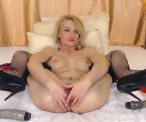 Blonde webcam babe can make her own anus fisting